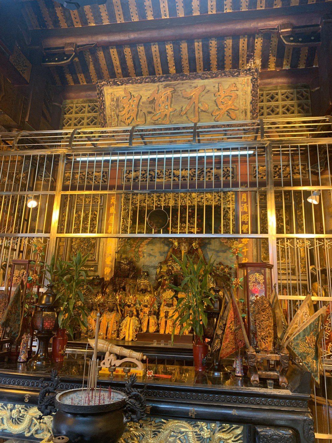 上天宮內的「莫不尊親」匾額出自有台灣書法第一之稱的林朝英,台灣至今只有四塊留存。...
