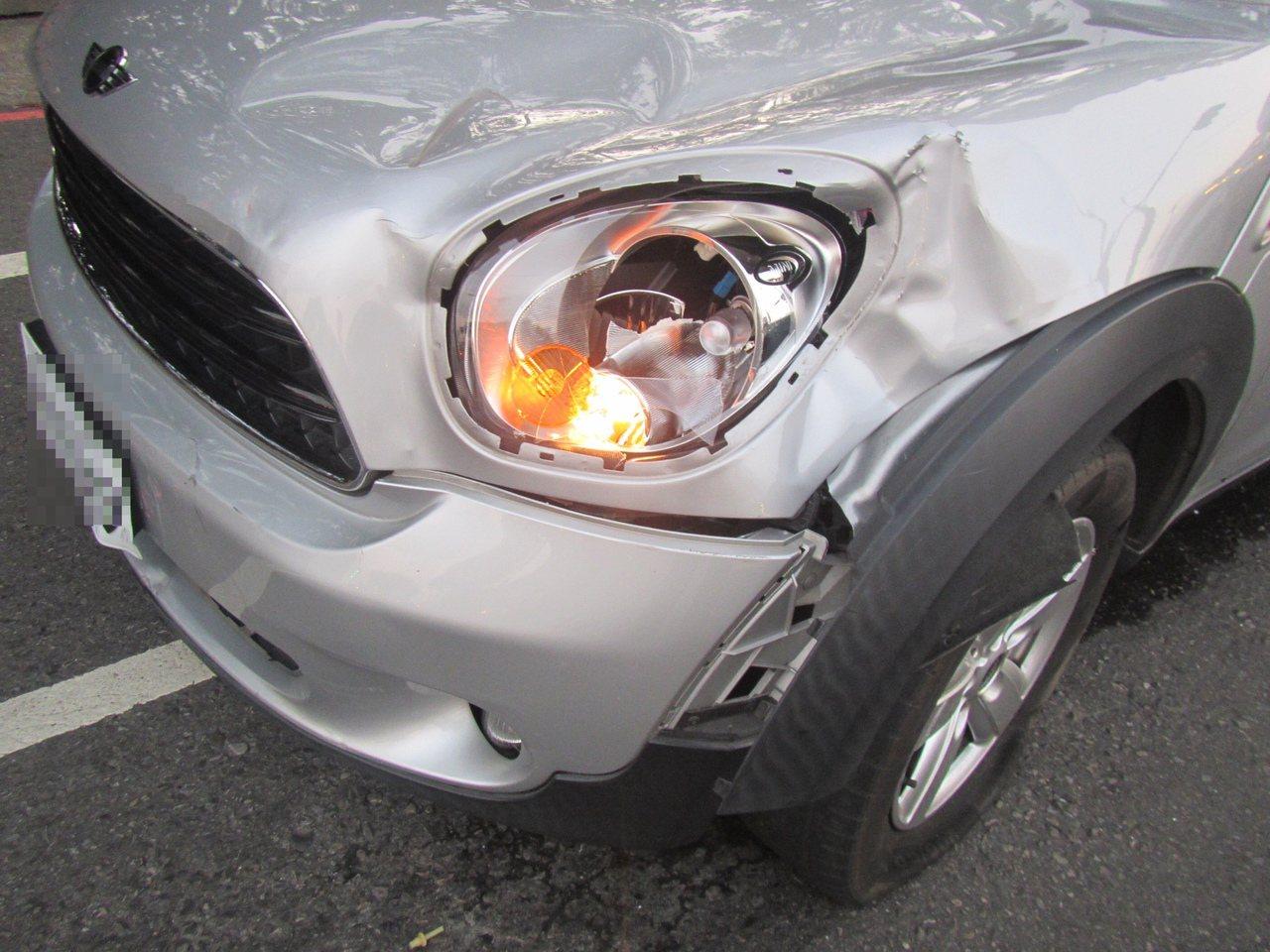 涉嫌肇事的楊姓女駕駛,車頭左側凹陷、保險桿掉落、擋風玻璃碎裂。圖/民眾提供