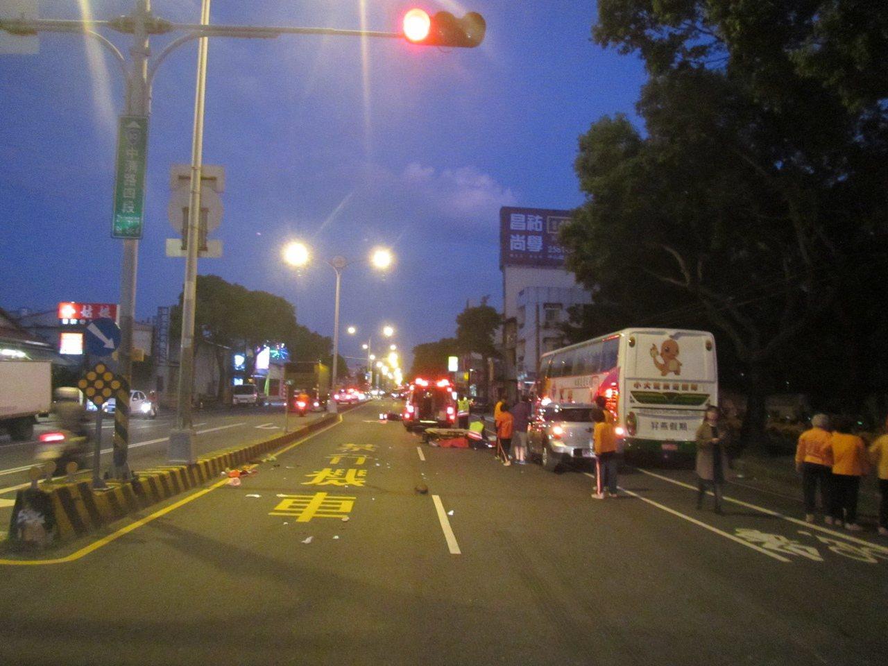 台中市大雅區今晨發生死亡車禍,82歲張王姓婦人騎機車晨運遭轎車撞上,送醫急救仍傷...