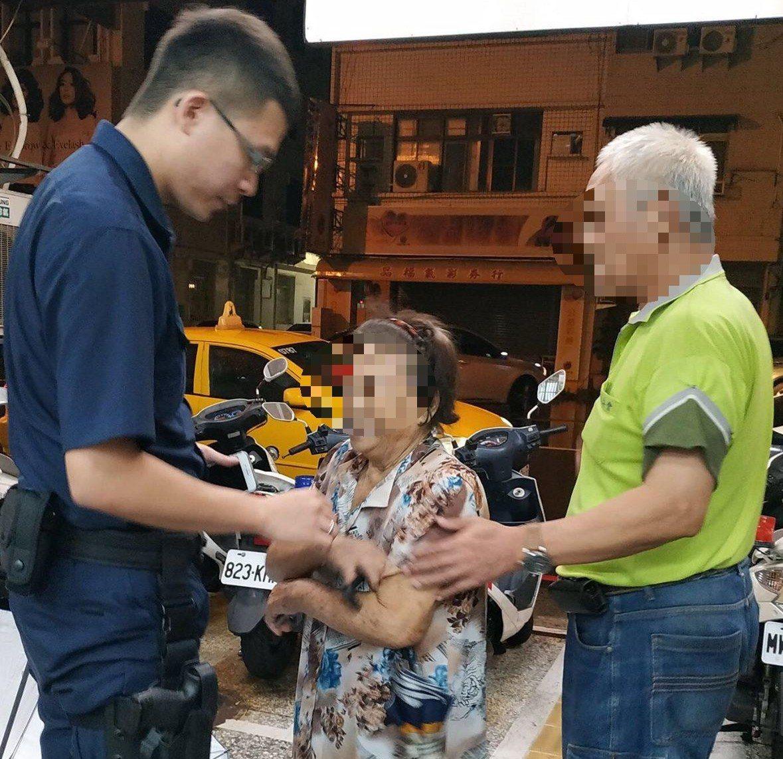 員警帶騙帶哄請老婦拿出口袋的東西,才幫老婦找到回家的路。記者林保光/翻攝
