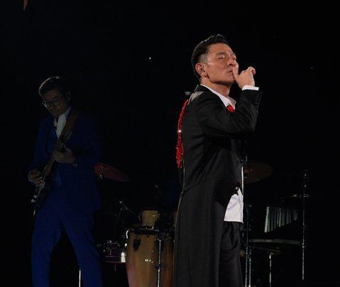 天王劉德華(華仔)去年展開最新世界巡演「My Love Andy Lau World Tour」,期間罹患流感忍痛喊卡,7場演出經申請後於明年2月在香港紅館補場,先前已開放給購票觀眾換票,不對外販售...