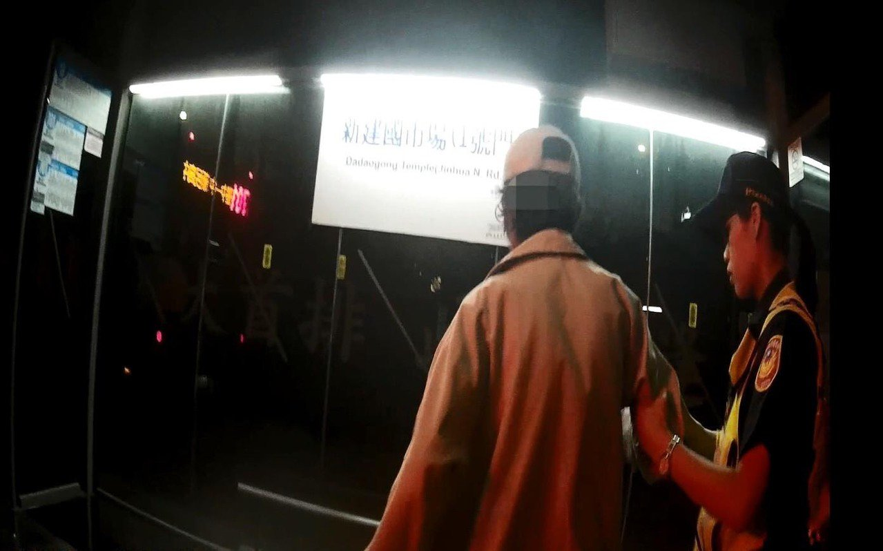 台中市第三警分局東區分駐所15日晚間協助獨坐在地上的陳姓老翁,協助他過馬路,搭公...