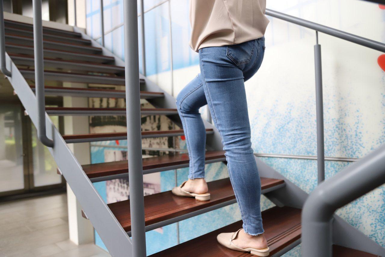 羅東博愛醫院表示,改善骨鬆問題可以從日常生活中做起,例如多爬樓梯少搭電梯。圖/羅...