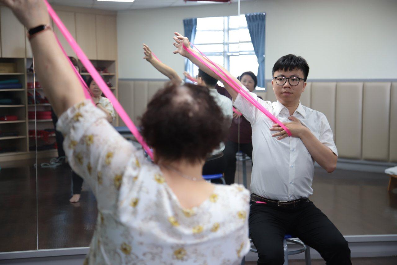 羅東博愛醫院表示,只要記得簡單動作,使用彈力帶即可在家進行阻力訓練。圖/羅東博愛...