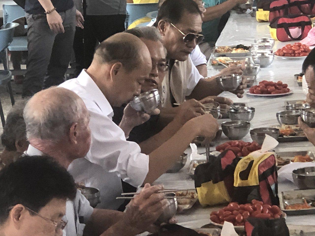 國民黨總統參選人韓國瑜(左二)中午到全國老人比例最高的嘉義縣六腳鄉,在崩山村活動...