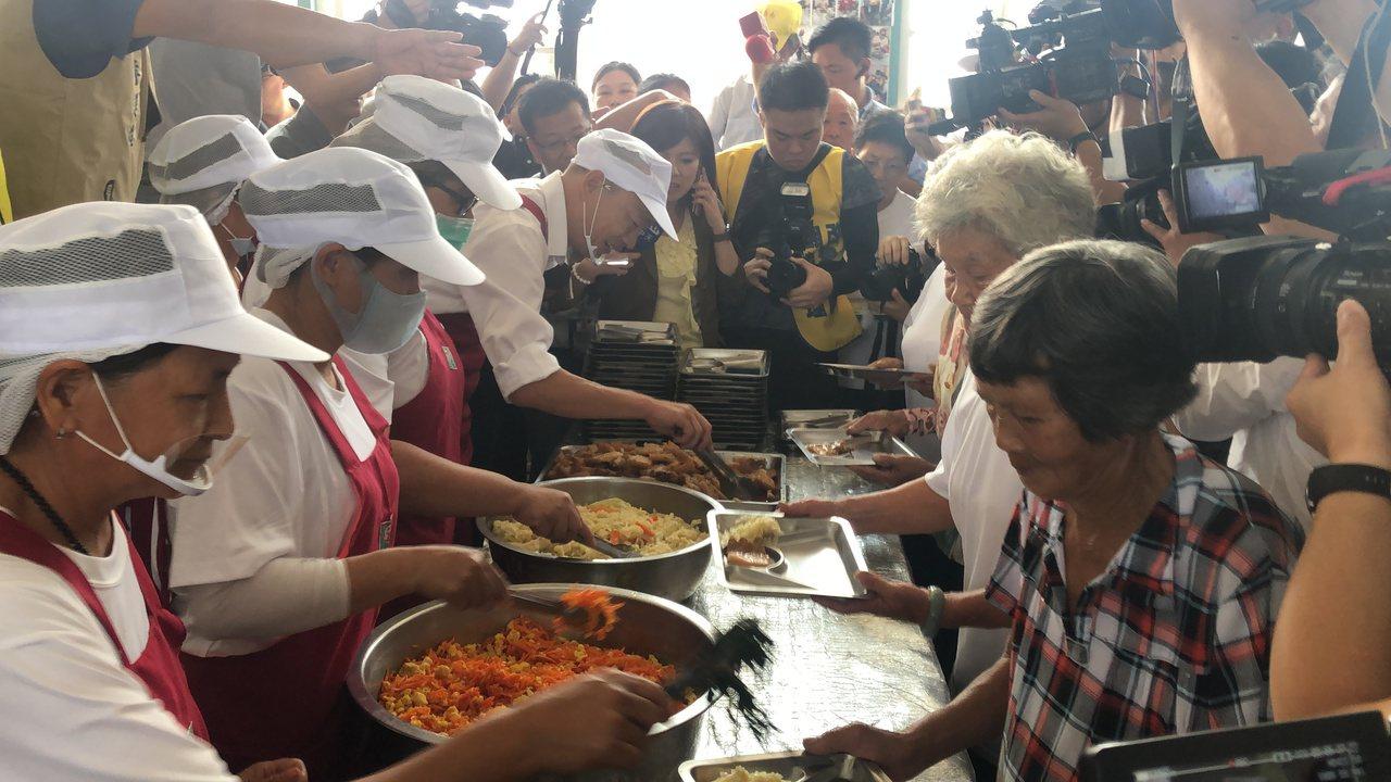 國民黨總統參選人韓國瑜(左四)中午到全國老人比例最高的嘉義縣六腳鄉,在崩山村活動...