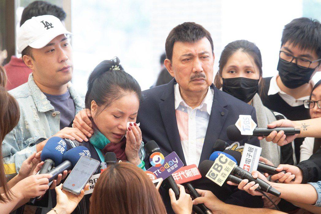 李亞萍哭到泣不成聲。記者季相儒/攝影