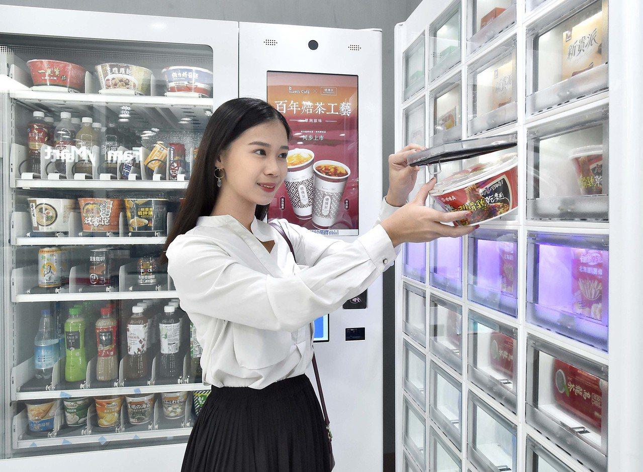 亞太電信於全家便利商店導入智能販賣機,提供顧客線上與線下無縫接軌的購物體驗。圖/...