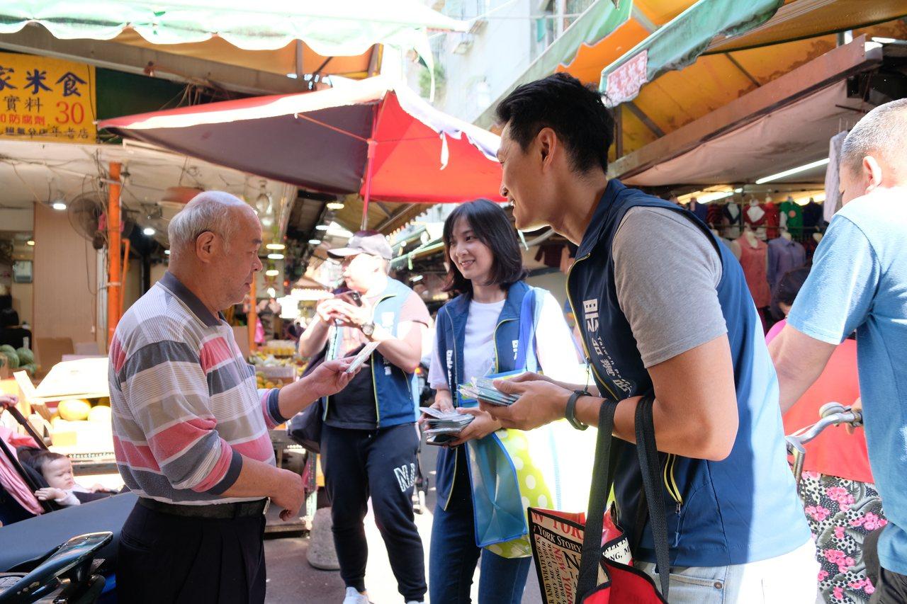 吳達偉代表台灣民眾黨參選新北市第7選區,今早到板橋華德市場掃街拜票。記者張曼蘋/...