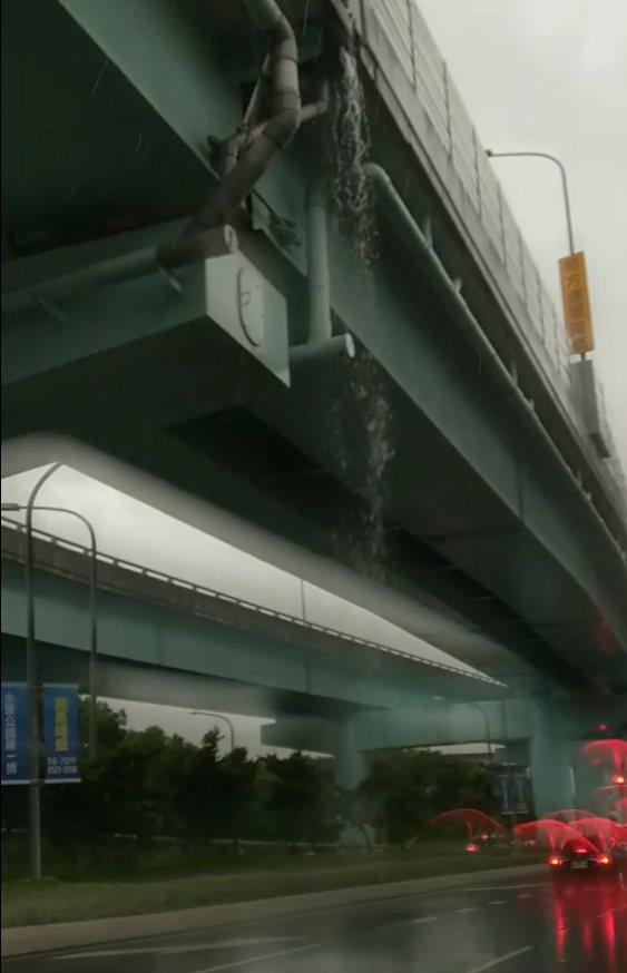 逢降雨台65線中環、中原路附近高架橋伸縮縫像瀑布出水口傾瀉而下,影響下方人車視線...