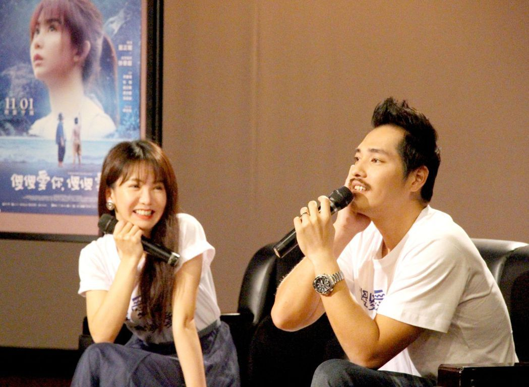 初執導演筒的藍正龍(右),鼓勵學生以更多元視角思考人生處境。記者王昭月/翻攝