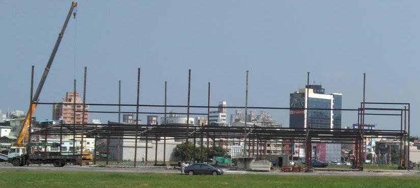 蔡英文總統高雄市競選總部選在捷運鳳山西站南面、高雄市議會北面空地,目前已搭起鋼架...