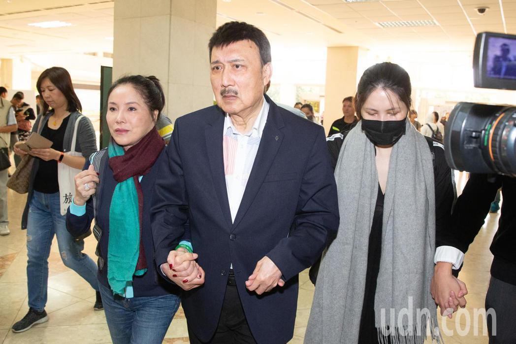 余天(右二)和李亞萍(右三)挽著余苑綺(右一)赴榮總做抗癌準備。記者季相儒/攝影