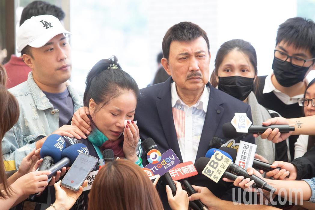 李亞萍(左二)哭到泣不成聲。記者季相儒/攝影