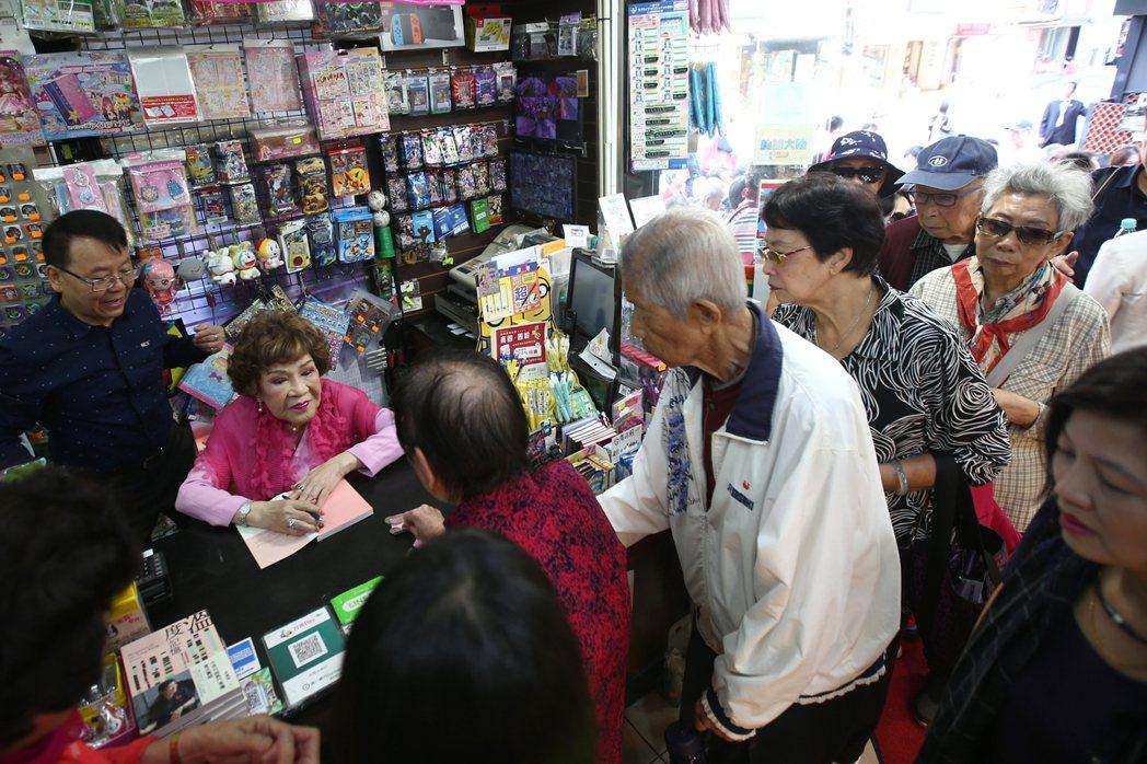 阿姑周遊挺好友擔任書店一日店長。記者蘇健忠/攝影