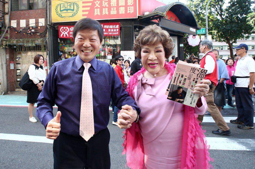周遊與好友李慶隆公然十指緊扣。記者蘇健忠/攝影