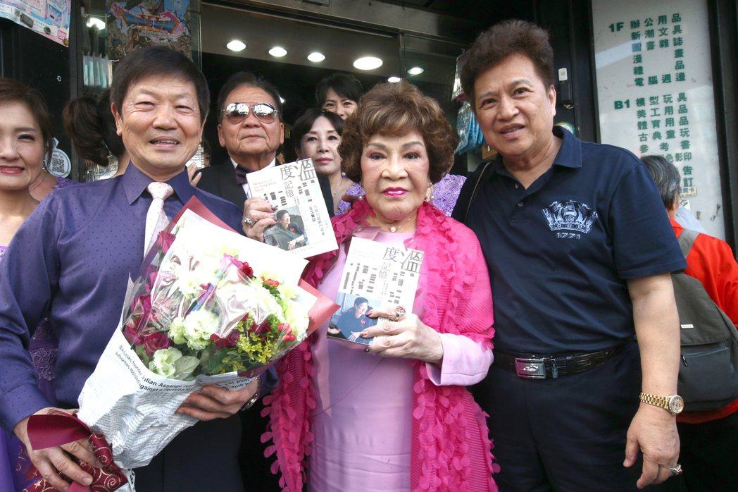 李朝永(右起)、周遊出席台北永康商圈理事長李慶隆新書活動。