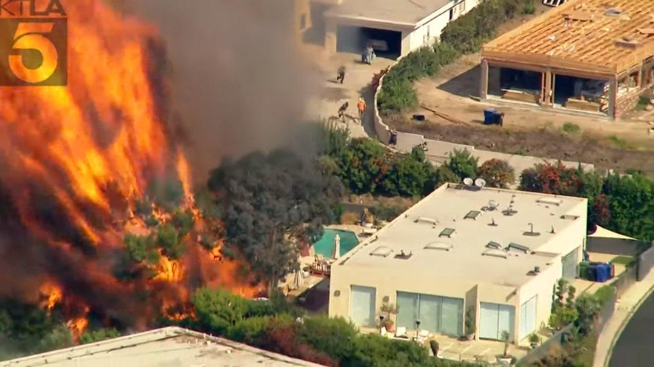 美國洛杉磯西部21日早上驚傳野火,短短一小時內快速焚燒約12萬平方公尺,威脅許多...