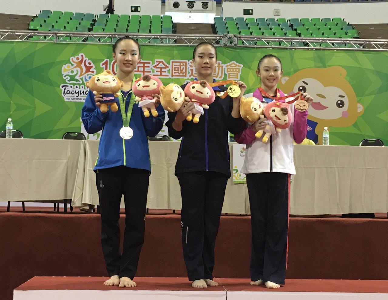 方可晴(中)奪得108全運會競技體操女子全能金牌,丁華恬(左)摘銀、黃子星鍍銅。...