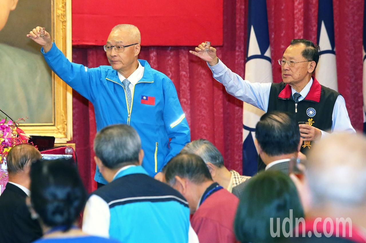 國民黨主席吳敦義(左)今天出席中華民國藍軍百大社團聯盟大會,受到現場黃復興黨部成...