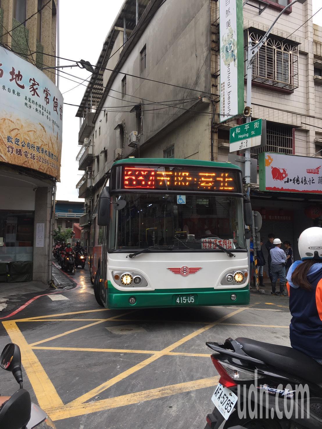 由於交通管制,公車只能繞進窄巷通行。記者陳弘逸/攝影