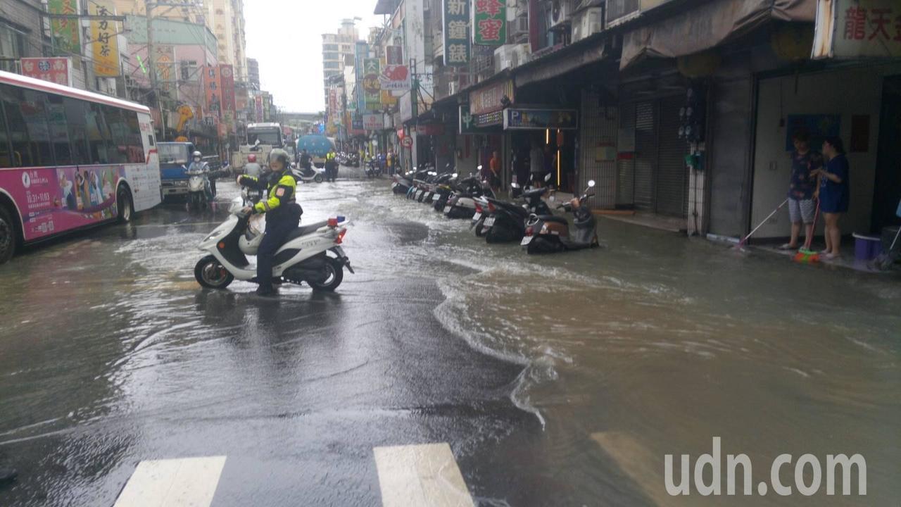 泰山區明志路昨天發生自來水管爆裂,積水最深處達25公分高。圖/警方提供