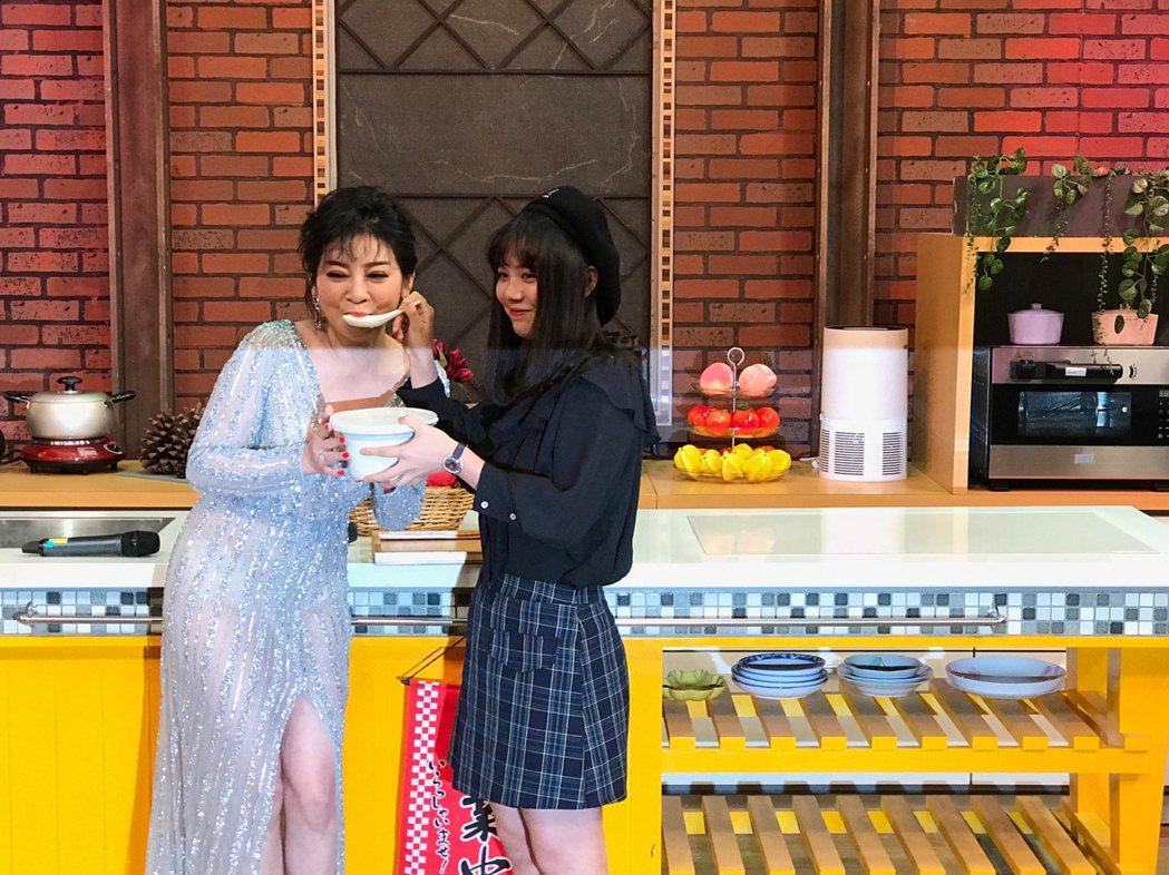 王彩樺開心喝下女兒帶來的湯。記者李姿瑩/攝影