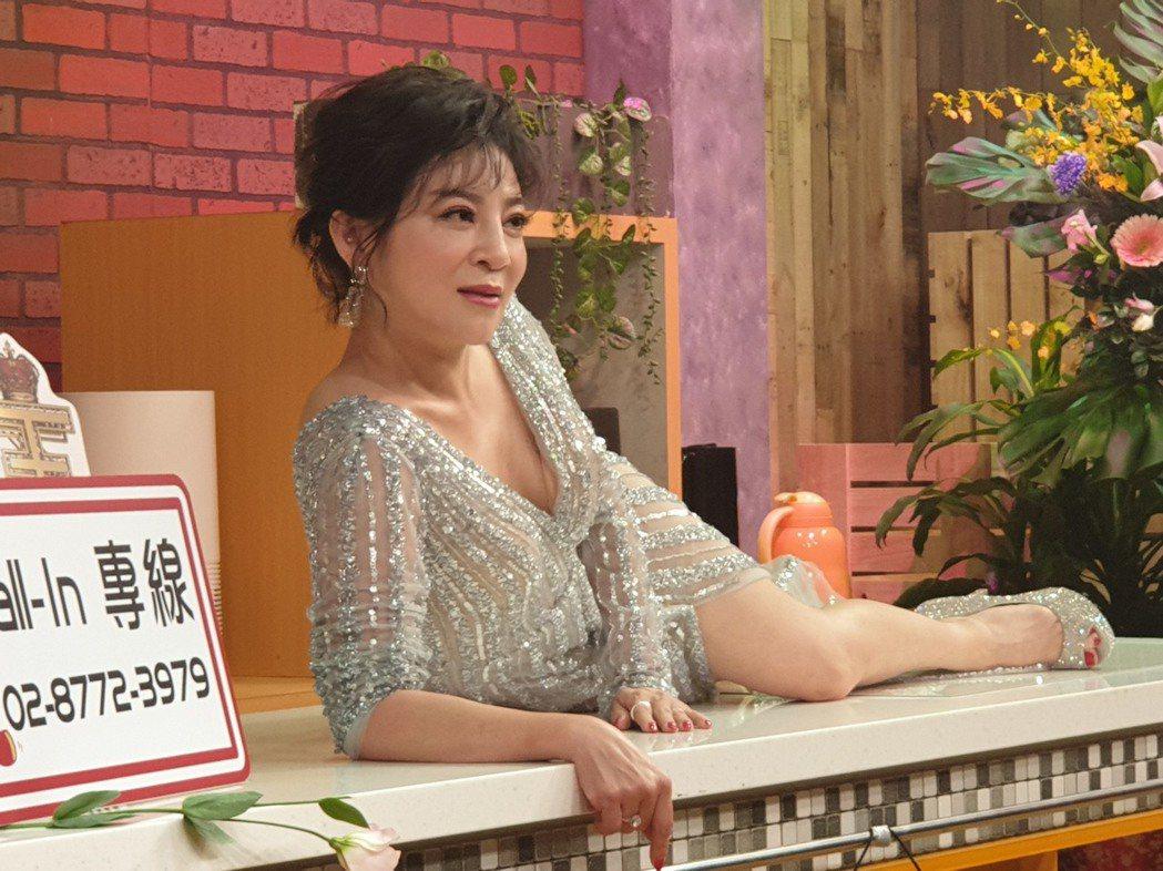 王彩樺為了節目爬上流理台。記者李姿瑩/攝影