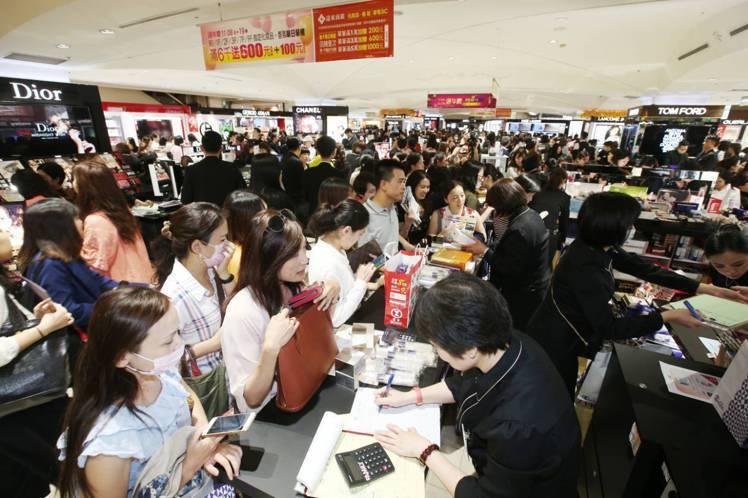 台北東區百貨霸主SOGO周年慶一向有人潮磁吸力。本報資料照片