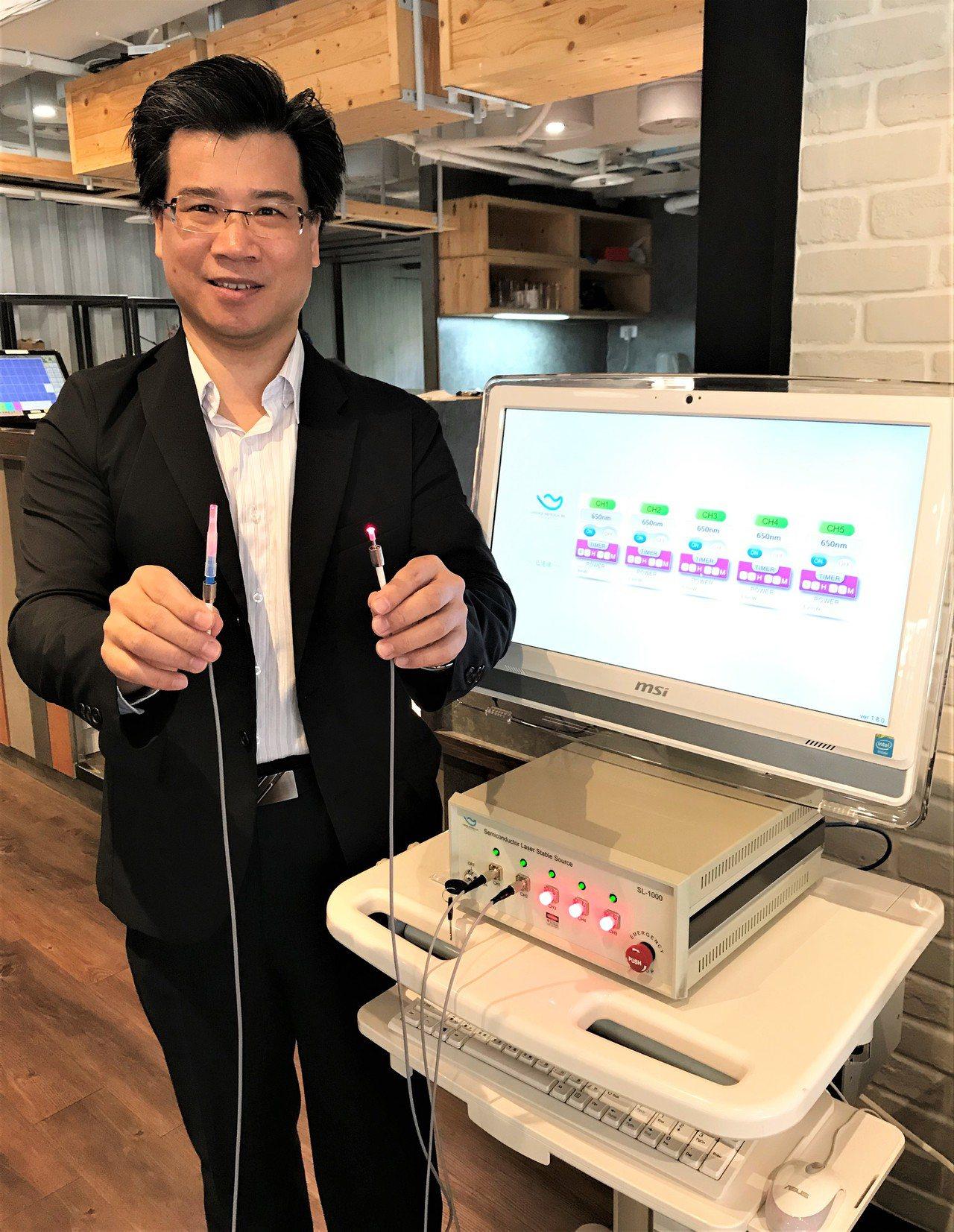 千才生醫總經理張新棠展示應用國產的半導體雷射「低能量靜胍雷射」產品,成為復健科新...