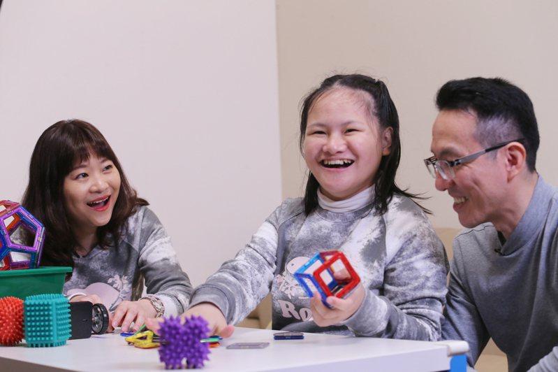 余佩琪(左)和朱聯飛(右)夫妻倆堪稱人生勝利組,直到患有罕病的女兒軒誼(中)的到來,讓他們初嚐挫敗,也從不同角度看人生。記者許正宏/攝影