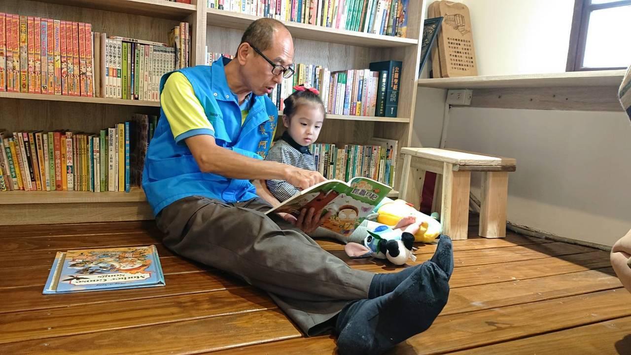 為了里內長者及孩童有閱讀的空間,瑞安區龍安里長柯瑞和買下一棟百年老屋,並打造成「...