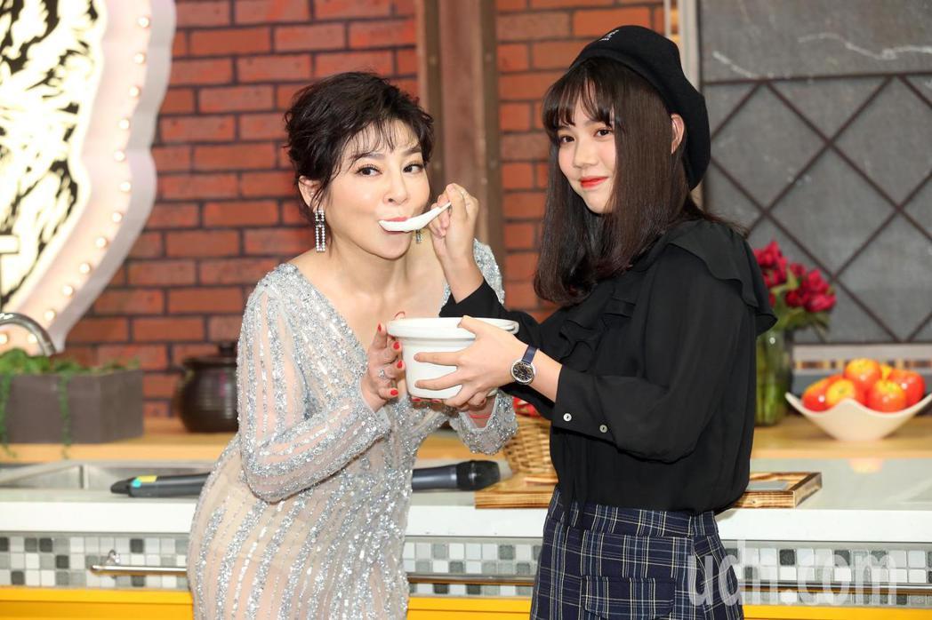 女兒黃于庭特別來到記者會現場,親手送上魚湯為媽媽補身。記者徐兆玄/攝影