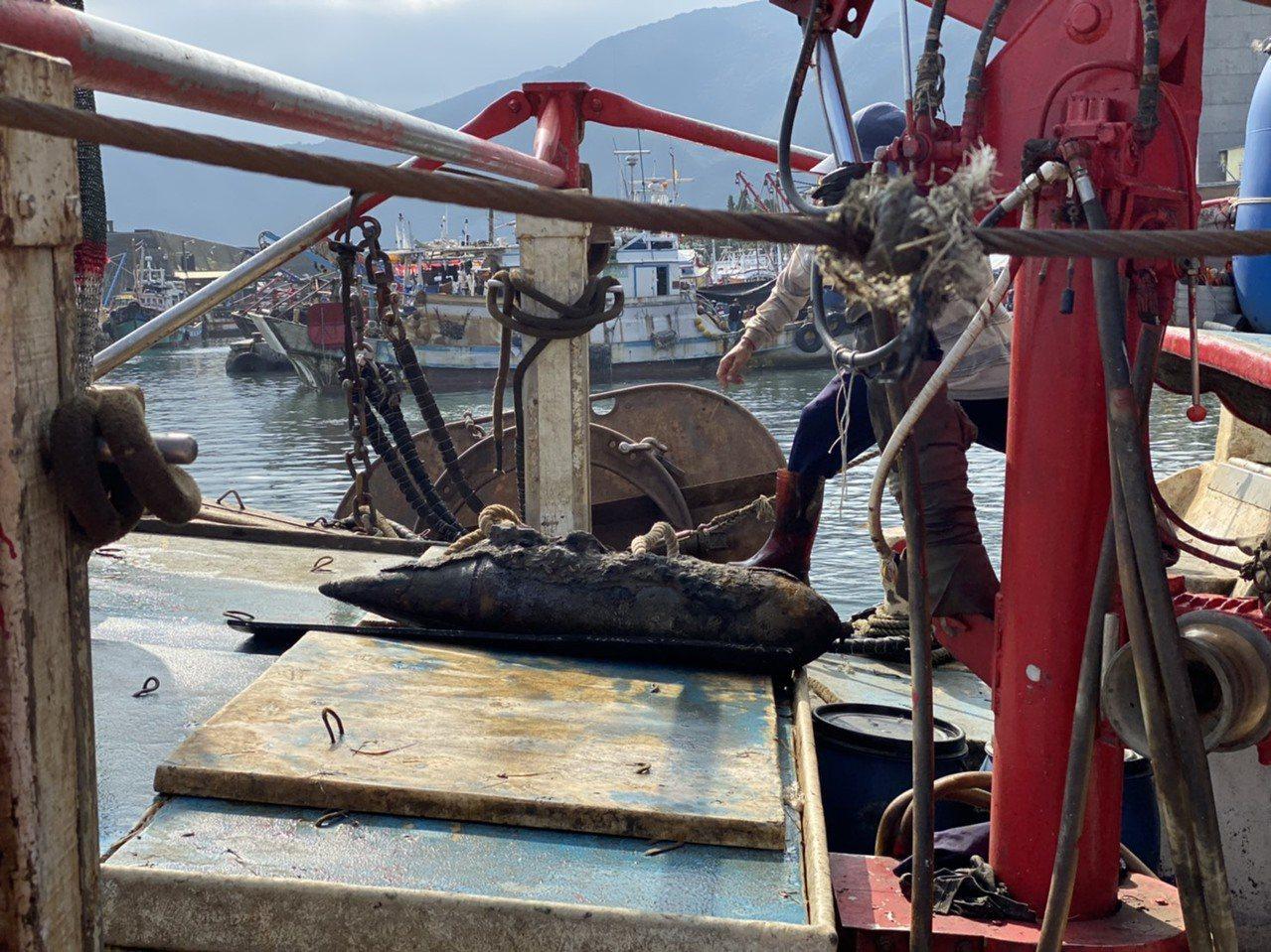 宜蘭大溪漁港又見未爆彈,海巡正封鎖現場處理中。 圖/讀者提供