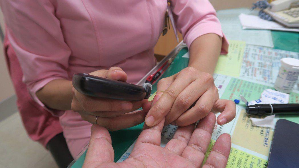 糖尿病患須長期監測血糖。圖/彰化醫院提供