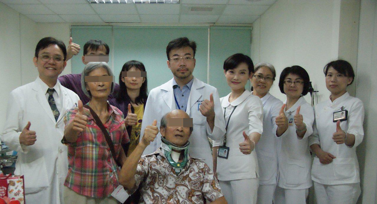 苗栗縣頭份市人溫中瑜(右五)去年返鄉服務,也是苗醫創院首名神外專科醫師。圖/衛生...