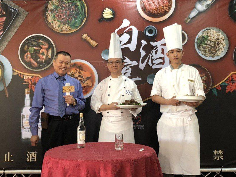 金酒白酒宴是由高雄漢來大飯店主廚團隊,有陳進萬副總(左一),及宴會廳兼福園餐廳主廚研發。記者蔡家蓁/攝影