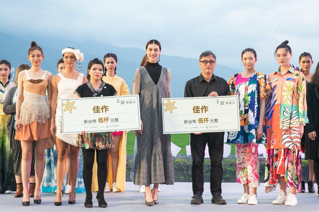 王思偉第一次擔任評審,與玉富伸展台大地時裝秀參賽者合照。圖/伊林娛樂提供