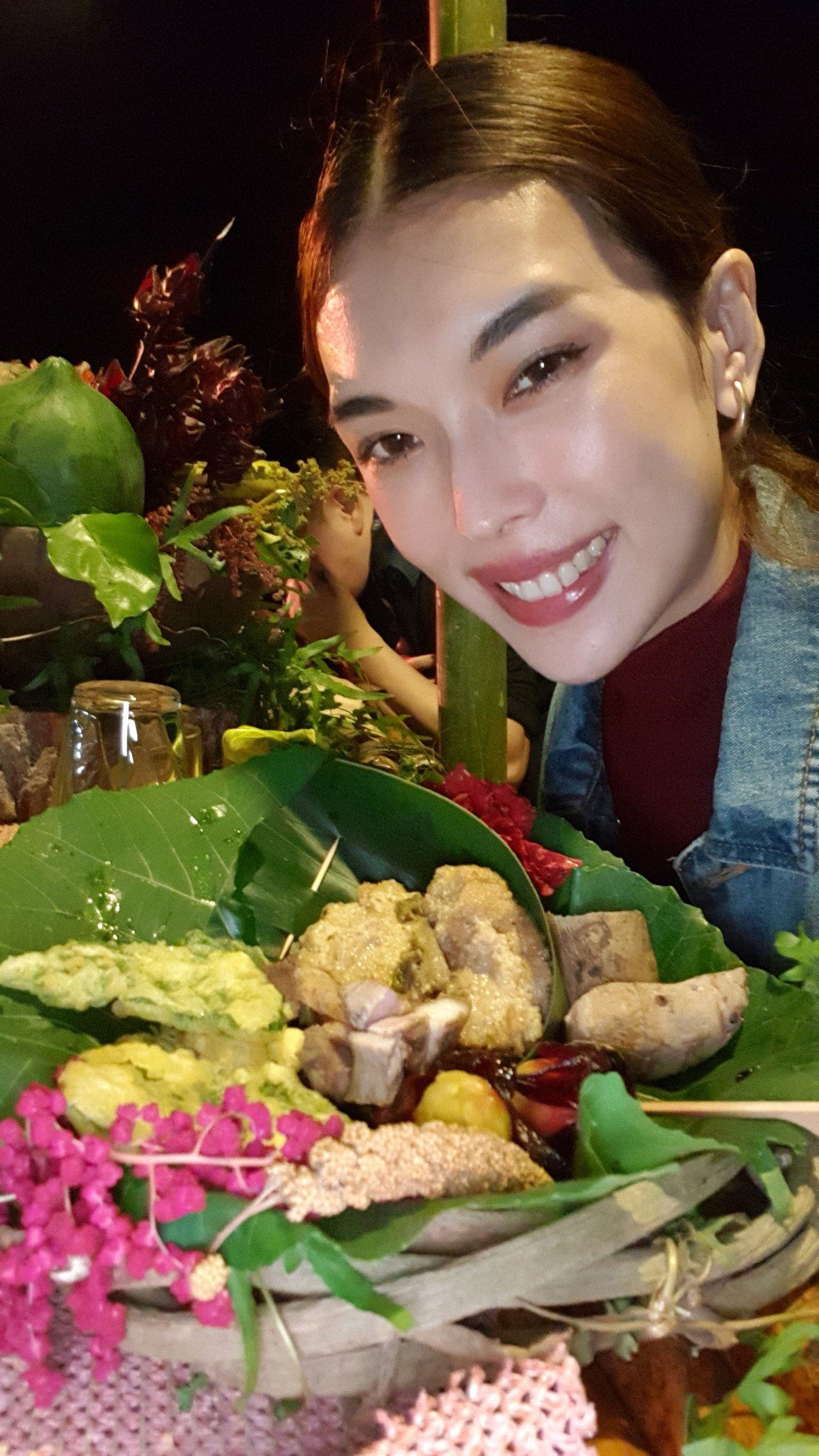 王思偉享用所謂「餐桌上的部落旅行」晚餐。圖/伊林娛樂提供