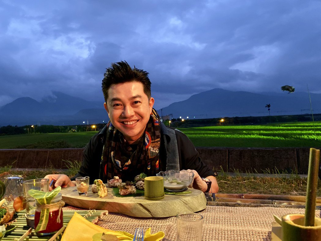 李明川享用所謂「餐桌上的部落旅行」美食。圖/伊林娛樂提供