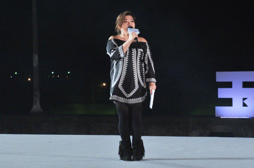杜詩梅擔任「2019玉富伸展台大地時裝秀」創意走秀主持人。圖/伊林娛樂提供