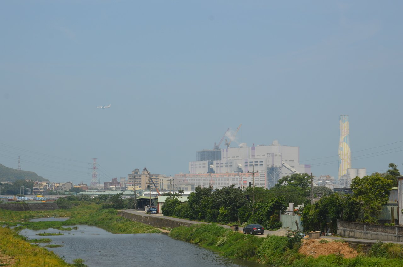 新北市發表並簽署「東亞地方政府應對氣候變遷」宣言。圖為林口燃煤電廠。記者施鴻基/...