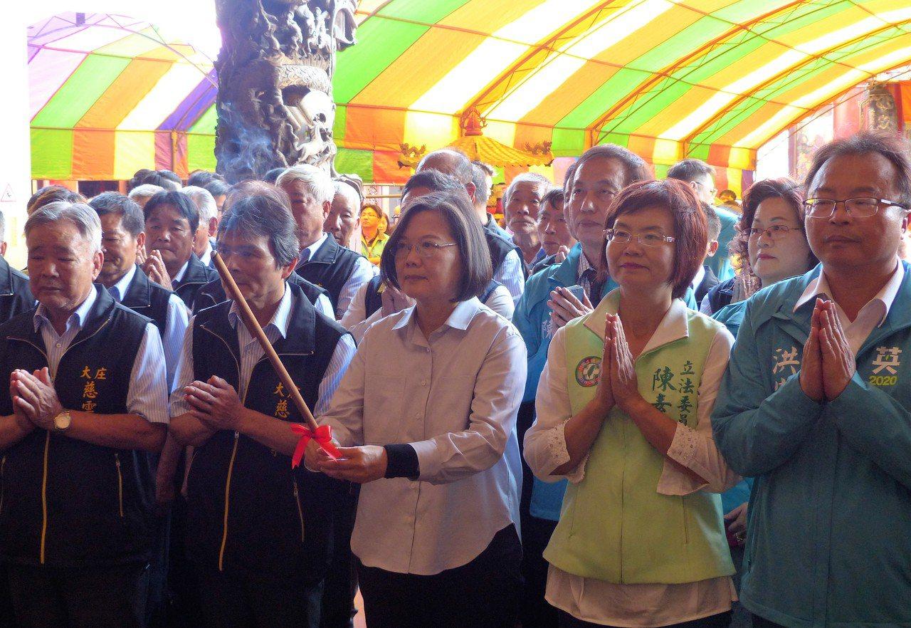 總統蔡英文今天中午至彰化縣大村鄉慈雲寺參拜,近距離與民眾互動。記者凌筠婷/攝影