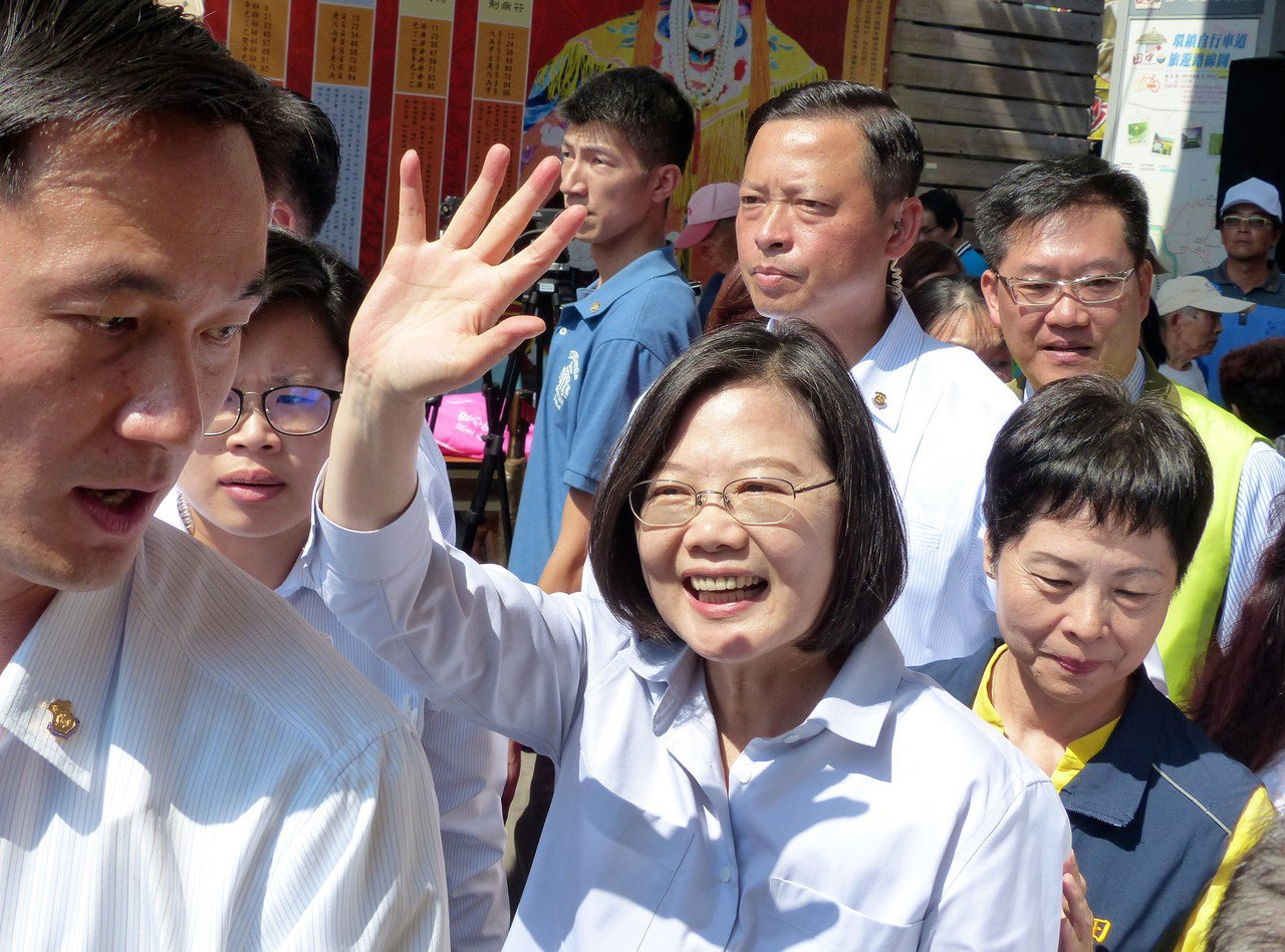 總統蔡英文今天到彰化參拜宮廟,受到民眾熱烈歡迎。記者凌筠婷/攝影