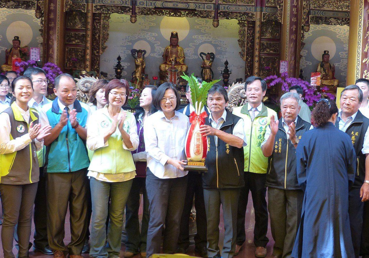 總統蔡英文今天中午至彰化縣大村鄉慈雲寺參拜,廟方送上白蘿蔔裝飾象徵「好彩頭」。