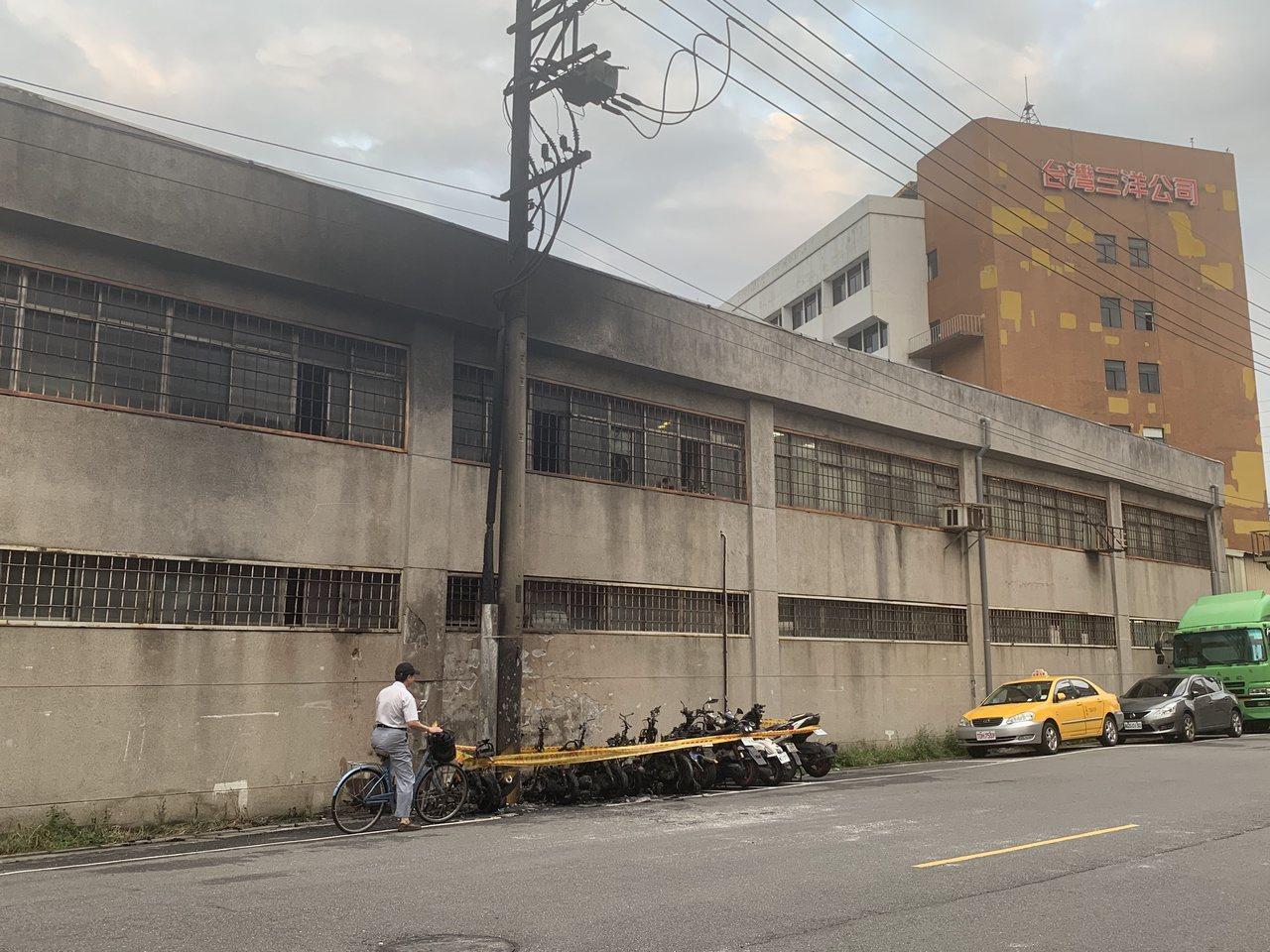 丹鳳捷運站旁火燒10機車,三洋廠房險被波及,所幸未造成人員傷亡。記者巫鴻瑋/攝影