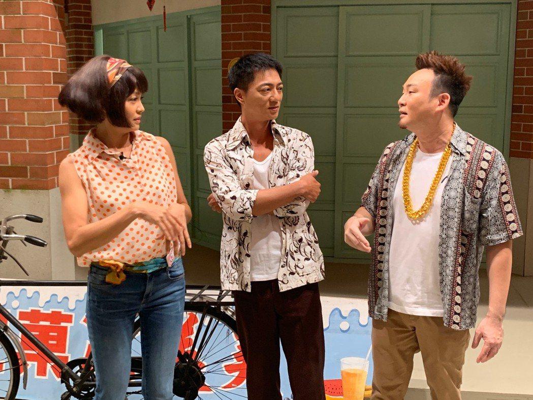 張䕒心(左起)、藍葦華帶「你在大聲什麼啦」節目主持人紅毛參觀「多情城市」攝影棚。...