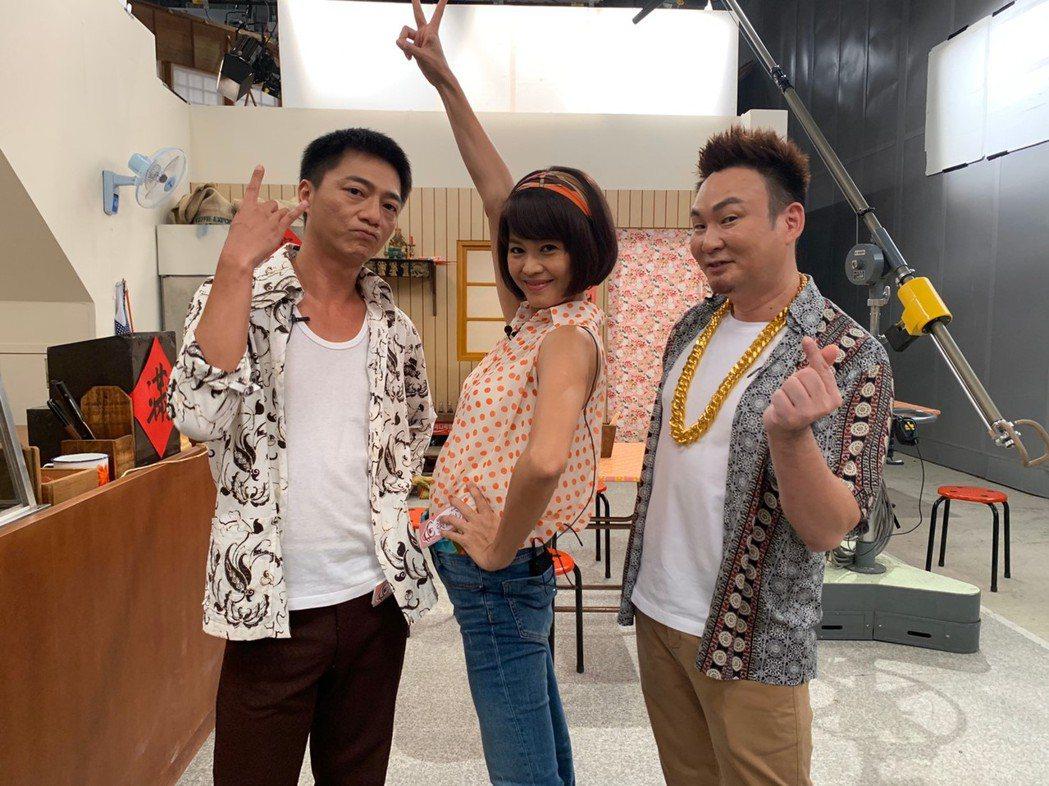 藍葦華(左起)、張䕒心帶「你在大聲什麼啦」節目主持人紅毛參觀「多情城市」攝影棚。...