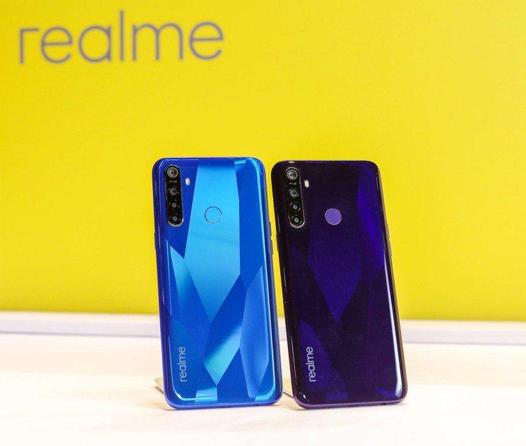 realme 5,建議售價4,490元(3GB/32GB)、5,990元(4GB...