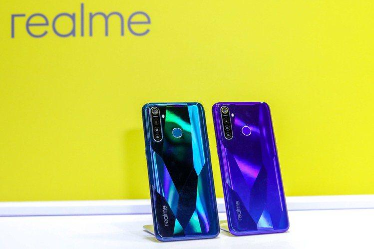 realme 5 Pro,建議售價7,490元(8GB/128GB),提供光鑽綠...